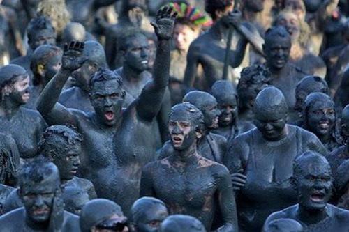 Хорошенько измазавшись в грязи, участники отправляются.